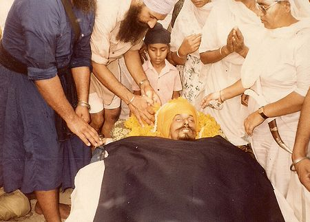 BHai Kulwant Singh Being Honored Before Antim Sanskar